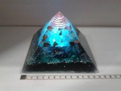 Orgoniet piramide Arc Light Lemurië 13,5 cm x 13,5 cm grondoppervlakte